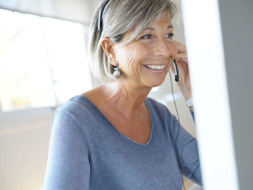 Kundenberaterin der geflügelzeitung am telefon