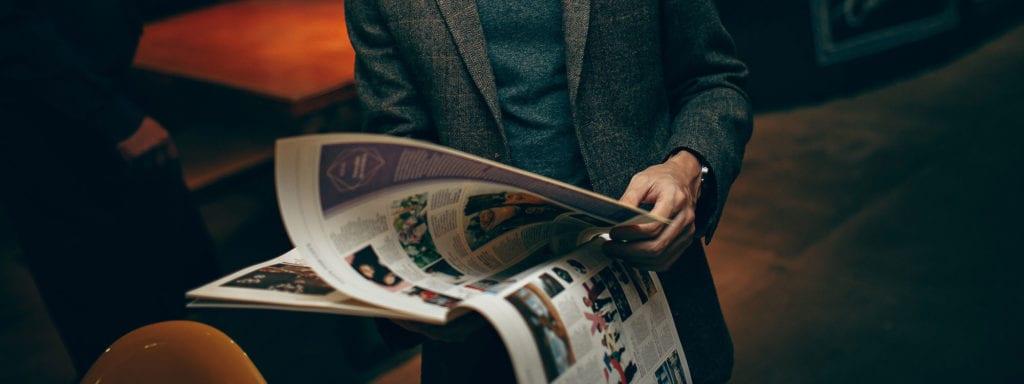 Kleinanzeigen Mann mit Zeitung